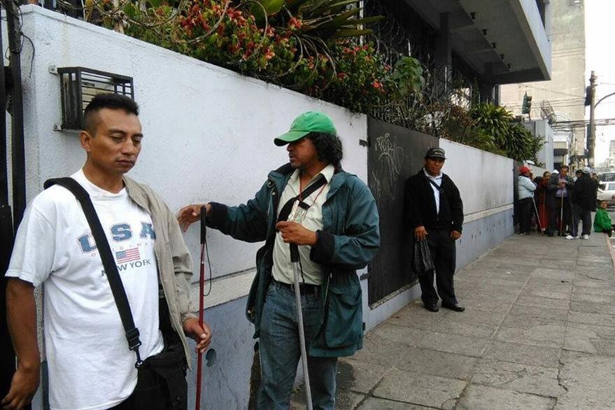 El grupo denuncia que se les retiene un pago de Q1 mil 280 si no venden todos los números de Lotería Santa Lucía. (Foto Prensa Libre: Estuardo Paredes)