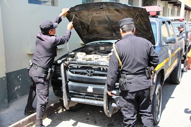 En Totonicapán,  10  de las 27 autopatrullas asignadas permanecen en mal estado; los agentes, por sus medios, tratan de repararlas. (Foto Prensa Libre: Édgar Domínguez)