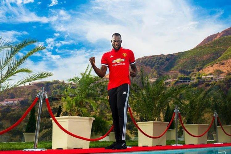 Lukaku posó para una sesión con el Manchester United para anunciar oficialmente su fichaje. (Foto Prensa Libre: Twitter United)