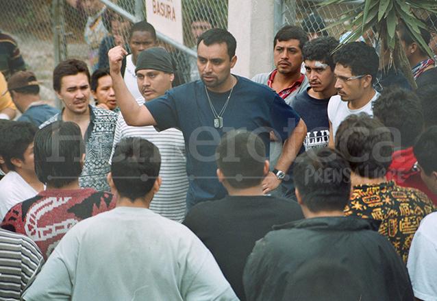 Lima se dirige a un grupo de reos durante un motín en el Preventivo de la zona 18 en 2003. (Foto: Hemeroteca PL)