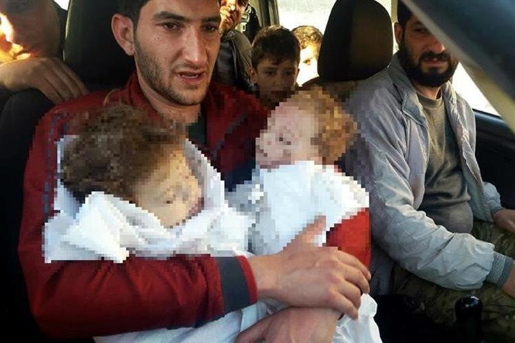 Abdel perdió a sus gemelos, esposa y otros 22 familiares más en ataque en Siria del martes último. (Foto Prensa Libre: AP)