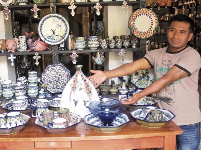 Los artesanos también ofrecen a los visitantes productos de cerámica decorados con delicadeza y alta calidad.
