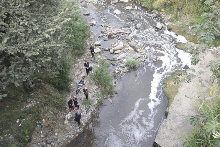Socorristas rescatan el cuerpo de una mujer que no fue identificada. (Foto Prensa Libre: Érick Ávila)