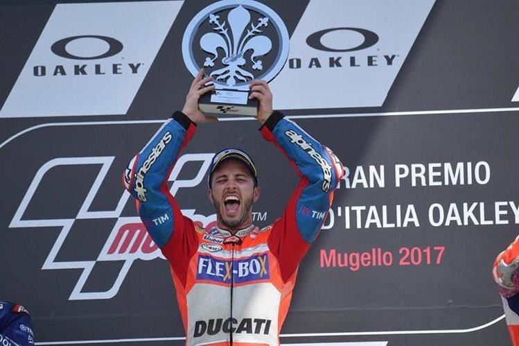 Andrea Dovizioso festeja en el podio de Mugello. (Foto Prensa Libre: EFE)