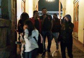 Varios estudiantes resultaron afectados por el gas. (Foto Prensa Libre: Carlos Ventura)