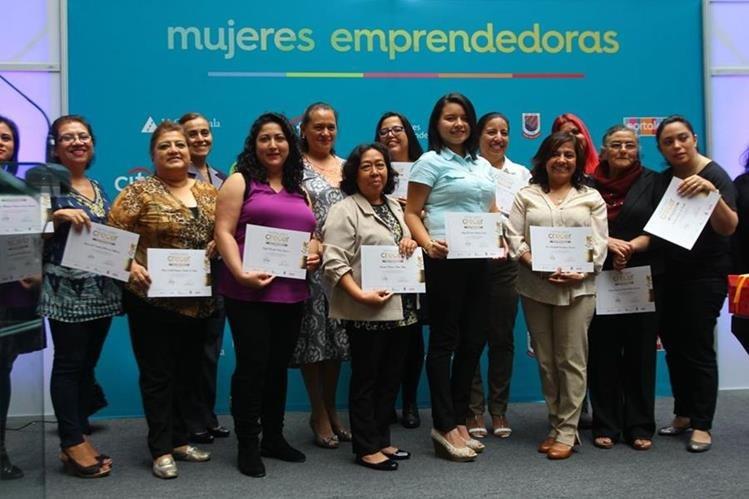 Parte del grupo de mujeres que recibió diploma por haber participado en la capacitación. (Foto Prensa Libre: Álvaro Interiano).