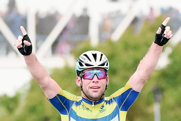 Mark Cavendish festeja en su llegada a la meta, para ganar la quinta etapa de la competencia. (Foto Prensa Libre: AFP).