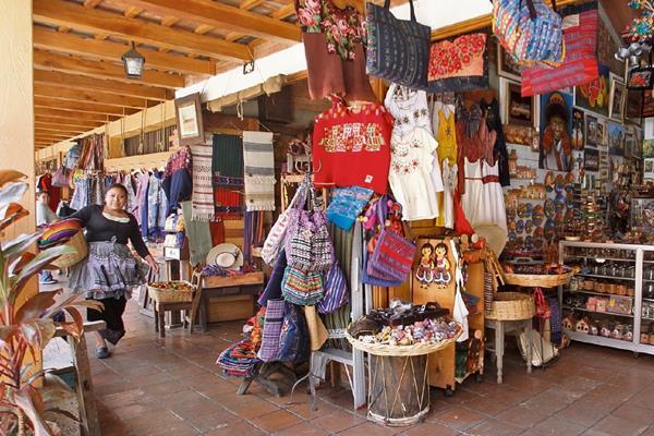Las principales artesanías son ofrecidas en el mercado de la zona 13.