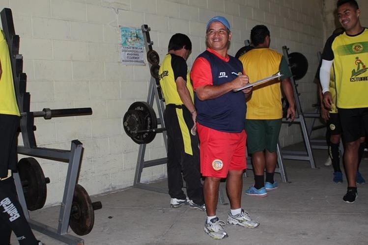 El Técnico del Deportivo Marquense, Ulises Sosa, toma nota antes de comenzar el entrenamiento en el gimnasio. (Foto Prensa Libre: Aroldo Marroquín)