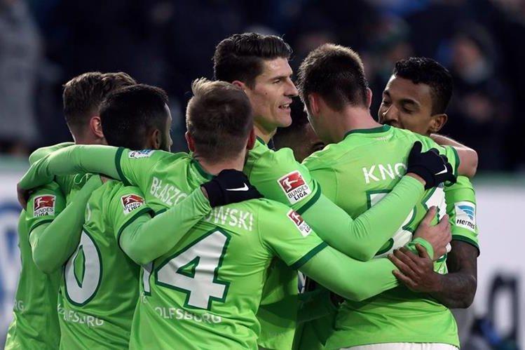 Mario Gomez y sus compañeros celebran el segundo gol del equipo. (Foto Prensa Libre: AFP)