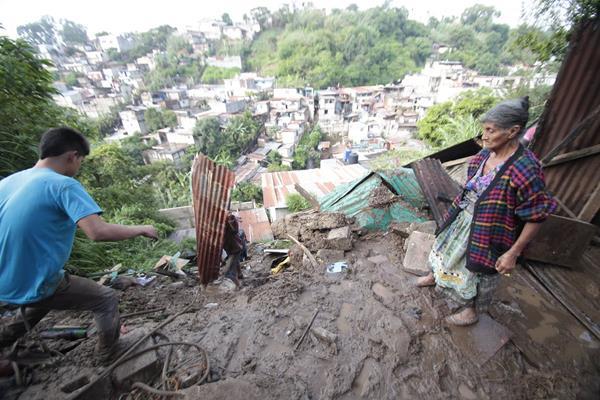 Familia en riesgo, a la orilla de un barranco de la zona 7 capitalina. (Foto: Hemeroteca PL)