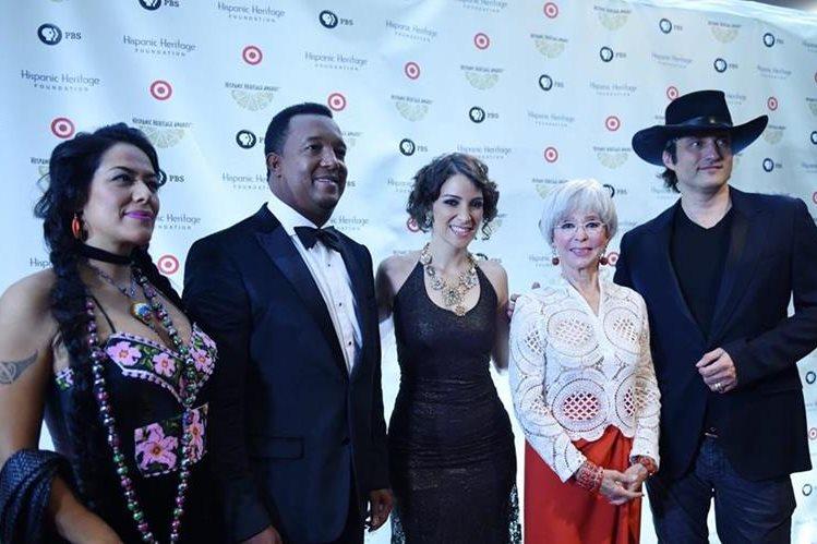 Gaby Moreno (centro) pasó en la alfombra roja de los premios junto a Lila Downs, Pedro Martínez, Rita Moreno y Robert Rodríguez. (Foto Prnesa Libre: EFE)