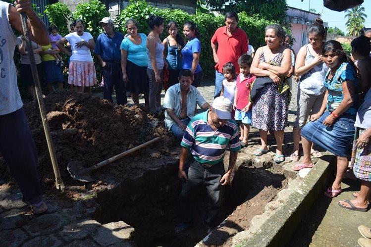 Pobladores de San Andrés Villa Seca excavan e indican que se siente olor a azufre que emana de la tierra. (Foto Prensa Libre: Jorge Tizol)