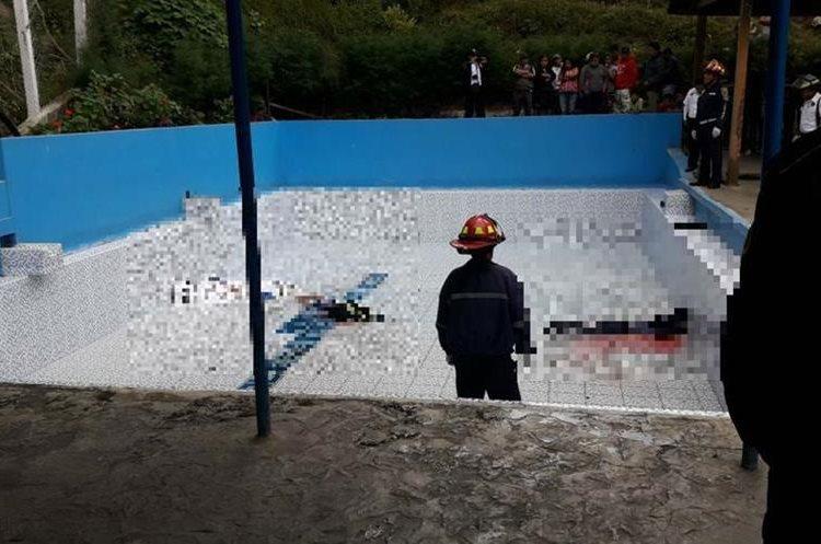 Las tres personas se encontraban en una piscina cuando fueron atacadas. (Foto Prensa Libre: Víctor Chamalé)