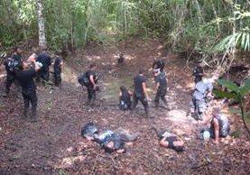 El grupo de agentes bebe agua empozada que hallaron en el camino. (Foto Prensa Libre: Cortesía)