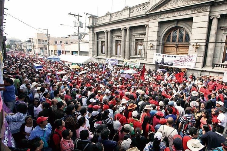 Los sectores magisterial y salubrista se unieron para efectuar movilizaciones a favor del ex presidente Otto Pérez Molina. (Foto Prensa Libre: Hemeroteca PL)