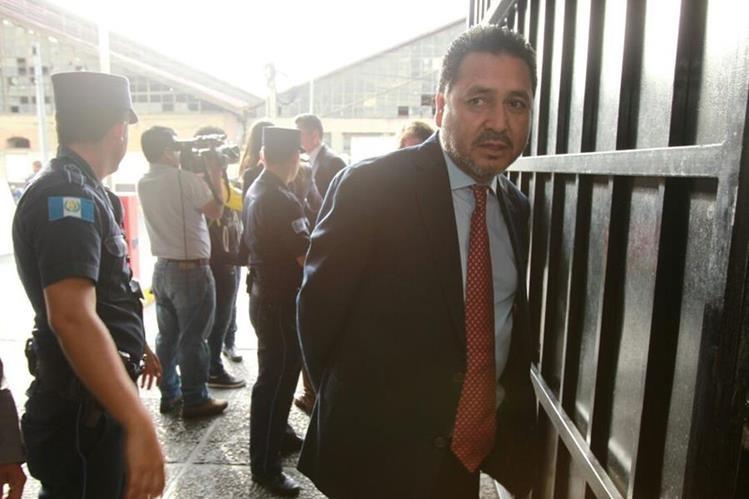 Gudy Rivera espera la inspección de rutina antes de ingresar a la Torre de Tribunales. (Foto Prensa Libre: Estuardo Paredes)