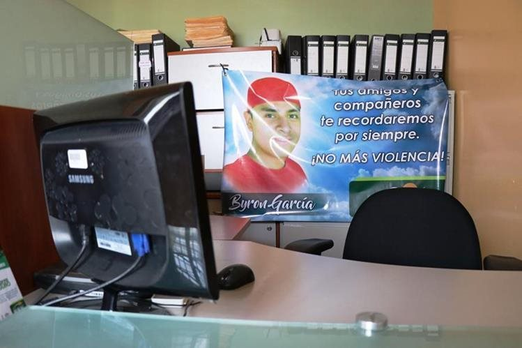 La oficina de Byron Crisóstomo García permanece vacía. Sus compañeros de trabajo colocaron una pancarta con su fotografía. (Foto Prensa Libre: Mario Morales)