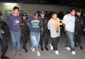Capturados en zona 16 por supuestamente robar una motocicleta. (Foto Prensa Libre: PNC)