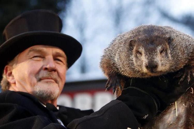 """El integrante del Club de la Marmota, John Griffiths sostiene a la marmota """"Phil"""". (EFE)."""