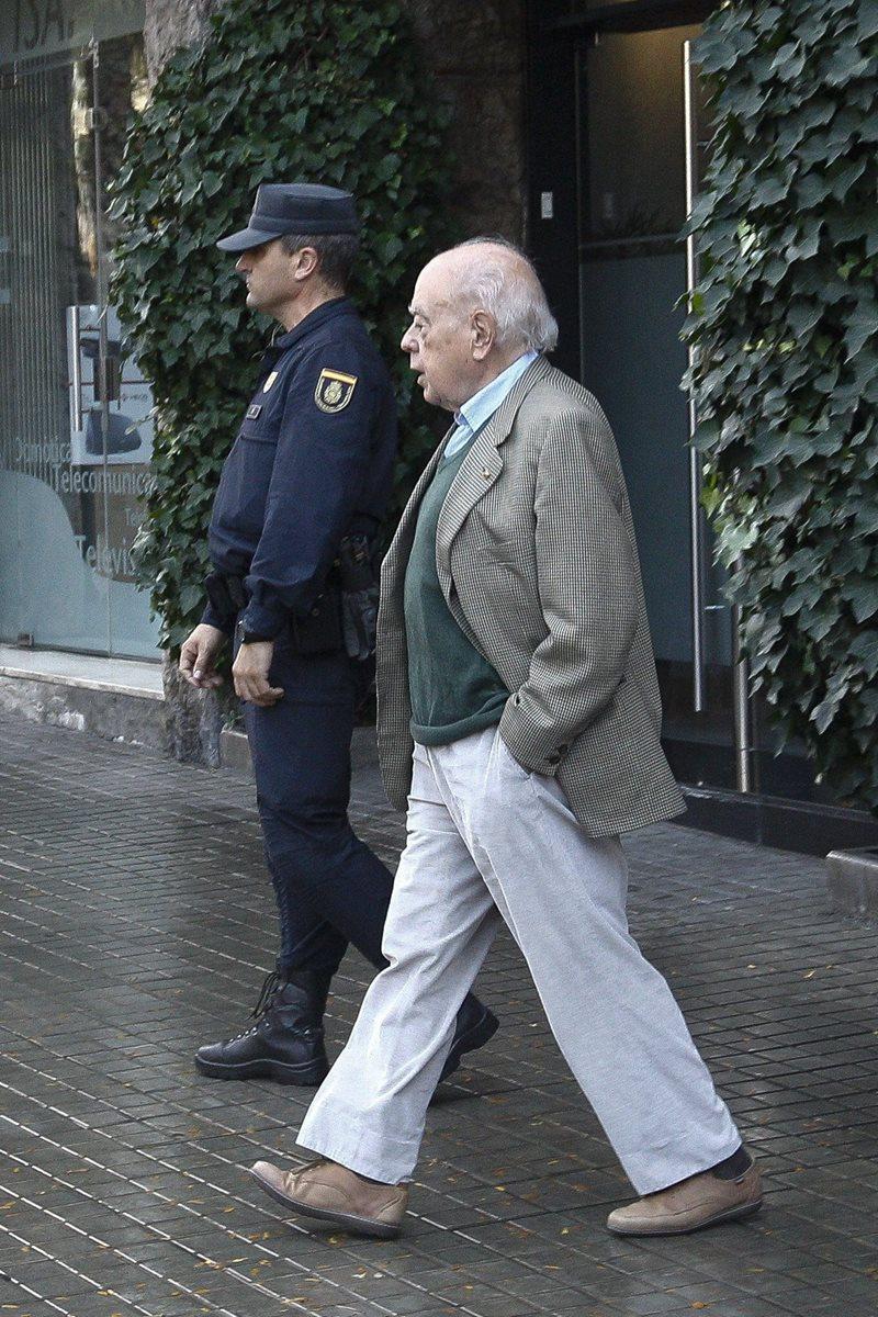 Jordi Pujol (izquierda), sale de su domicilio de la Ronda General Mitre donde agentes efectuaron un allanamiento. (Foto Prensa Libre: EFE).