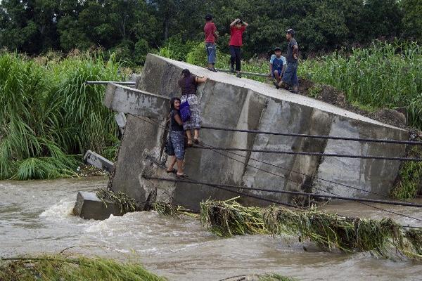 Estudiantes  cruzan el río  con riesgos.
