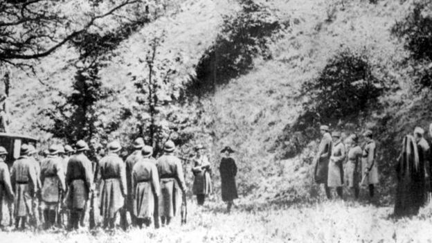 Mata Hari ante el pelotón de fusilamiento. Hay dudas sobre esta fotografía, que puede haberse tomado de una película contemporánea. PA