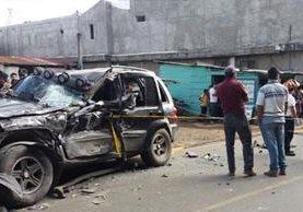 Uno de los vehículos accidentados en el km 57 de la ruta hacia San Martín Jilotepeque, Chimaltenango. (Foto Prensa Libre: Víctor Chamalé).
