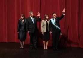El presidente Jimmy Morales y el vicepresidente Jafeth Cabrera, junto a sus esposas, saludan luego de ser juramentados.(Foto Prensa Libre: Erick Ávila)