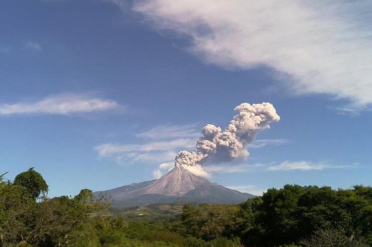 El volcán de Colima, ubicado en el oeste de México, lanzó este jueves fumarolas. (Foto Prensa Libre: EFE).