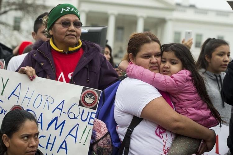 Latinos protestan en Washington contra el plan de deportaciones. (Foto Prensa Libre: AFP)
