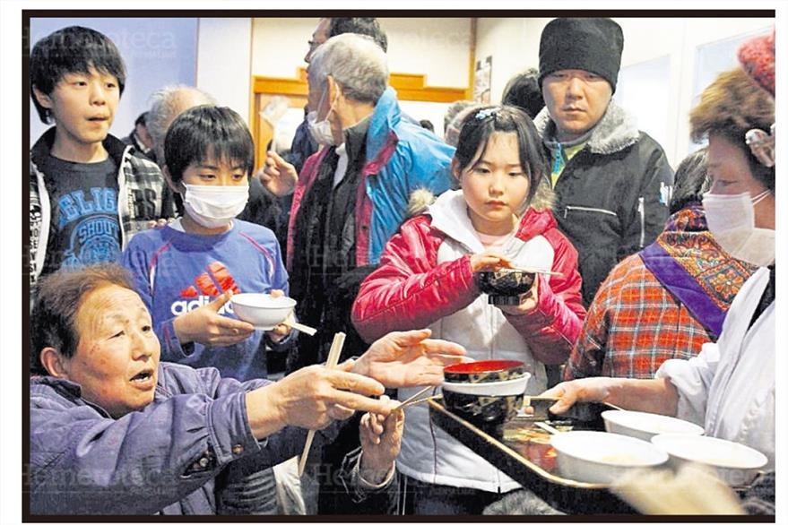 Niños sobrevivientes del Tsunami y terremoto de Japón reciben raciones de comida. (Foto: Hemeroteca PL)