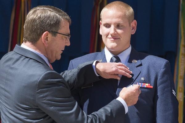 Estado estadounidense, Ashton Carter (izq) condecorando a Spencer Stone.