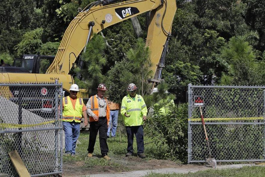 los vecinos señalan que el hecho de que el suelo se haya abierto nuevamente los puso nerviosos. (Foto Prensa Libre: AP).