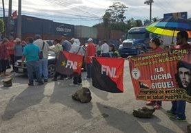 Decenas de automovilistas han quedado atrapados en el km 291 de la ruta al Atlántico, por el bloqueo de salubristas. (Foto Prensa Libre: Dony Stewart)