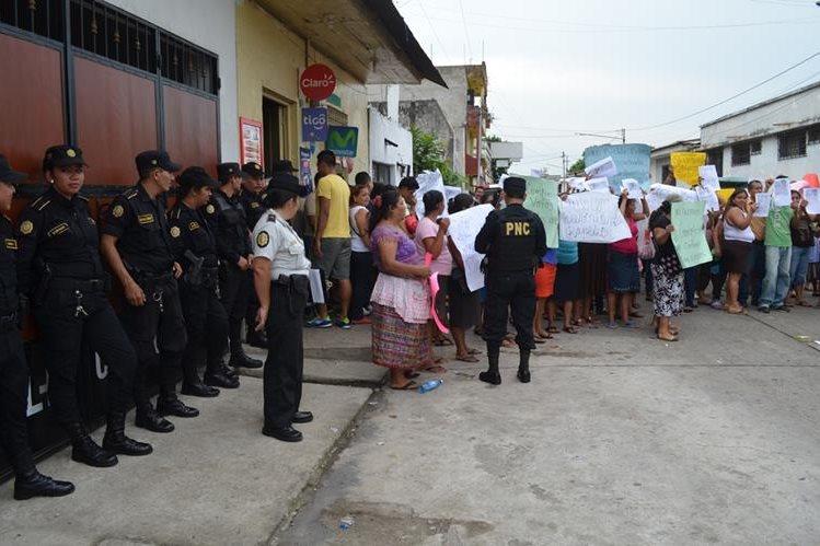 Grupo de vecinos protesta en la ciudad de Retalhuleu para denunciar supuestas anomalías en la elección de alcalde en El Asintal. (Foto Prensa Libre: Jorge Tizol)
