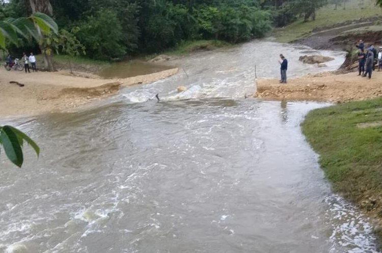 La fuerte lluvia causó daños en la ruta que comunica a comunidades Sayaxché. (Foto Prensa Libre: Rigoberto Escobar).