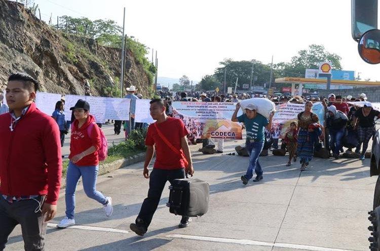 En la manifestacion participan mujeres de las comunidades de la montaña Santa Maria Xalapan de Jalapa, quienes por momentos se comportan de manera agresiva.