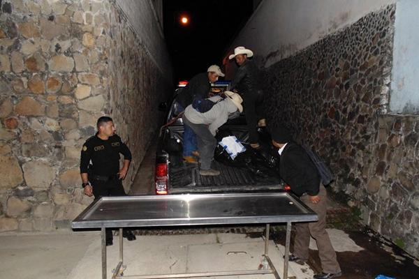 """<p>Agentes de la Policía Nacinal Civil trasladan los cadáveres de los dos fallecidos en un ataque armado en la aldea los Izotes, Jalapa. (Foto Prensa Libre: Hugo Oliva)<br _mce_bogus=""""1""""></p>"""