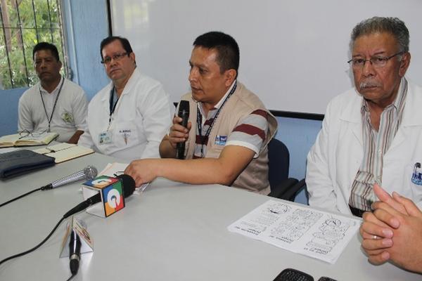 """<p>Autoridades de Salud de Jutiapa informan sobre acciones contra plaga de zancudos para controlar brote de dengue. (Óscar González)<br _mce_bogus=""""1""""></p>"""