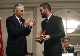 El embajador de Turquía en España, Ömer Önhon (i) otorga el galardón al mérito profesional al centrocampista turco del FC Barcelona, Arda Turan. (Foto Prensa Libre: EFE)