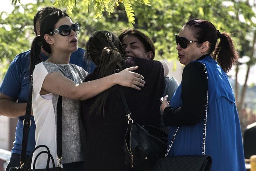 Familiares de los pasajeros que viajaban en el vuelo MS804 se abrazan en el aeropuerto de El Cairo. (Foto Prensa Libre: AFP).