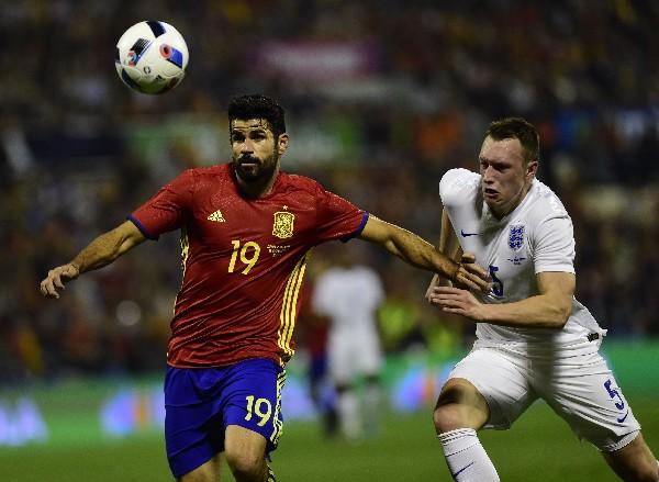 Diego Costa (izquierda), de la selección de España, pelea por el balón. (Foto Prensa Libre: AFP)