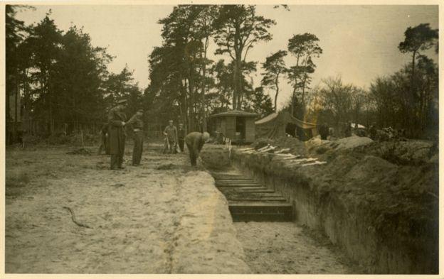 Los cuerpos de los uzbekos fueron trasladados de la fosa común a un cementerio y luego mudados nuevamente a un cementerio creado especialmente para los soldados soviéticos caídos. ARCHIVO NACIONAL DE HOLANDA