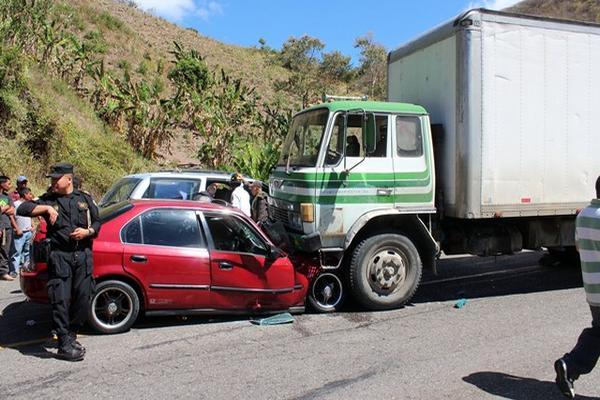 """<p>Un automóvil sedán y un camión con placas oficiales se impactaron de frente en una carretera del oriente del país. (FOTO PRENSA LIBRE: Hugo Oliva)<br _mce_bogus=""""1""""></p>"""