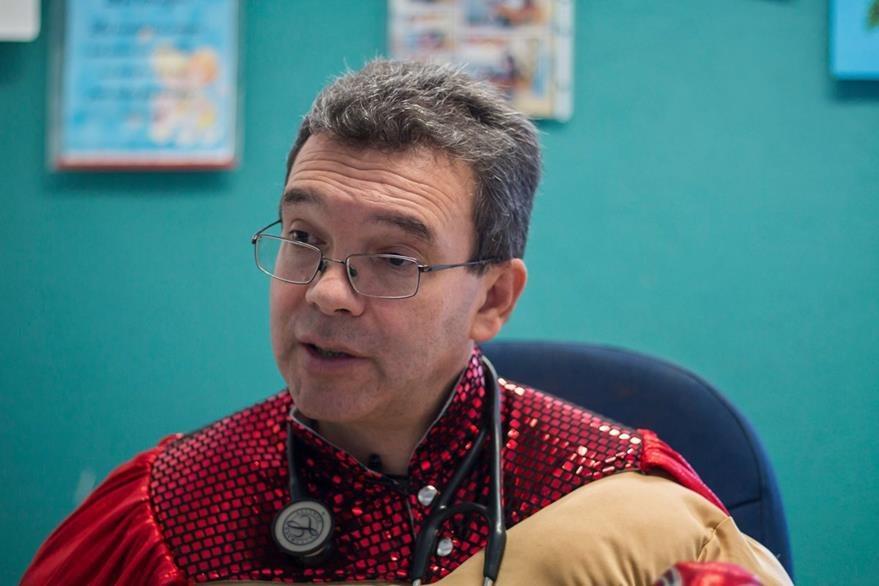 Sergio Gallegos, de 46 años, es oncólogo pediatra. (Foto Prensa Libre: AFP).