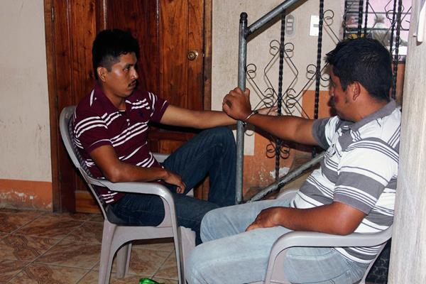 Los capturados fueron llevados a la subestación de la PNC en Morales, Izabal, luego de haber sido capturados en la aldea Hurón. (Foto Prensa Libre: Edwin Perdomo)