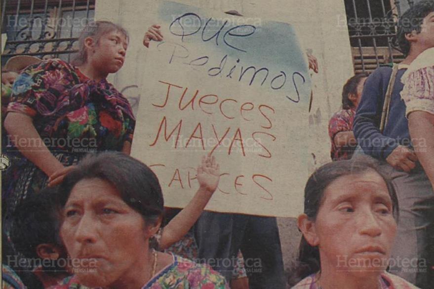05/06/1997. Manifestantes de la Caravana contra la Impunidad, portaban una pancarta en la que pedían jueces mayas capaces. (Foto: Hemeroteca PL).
