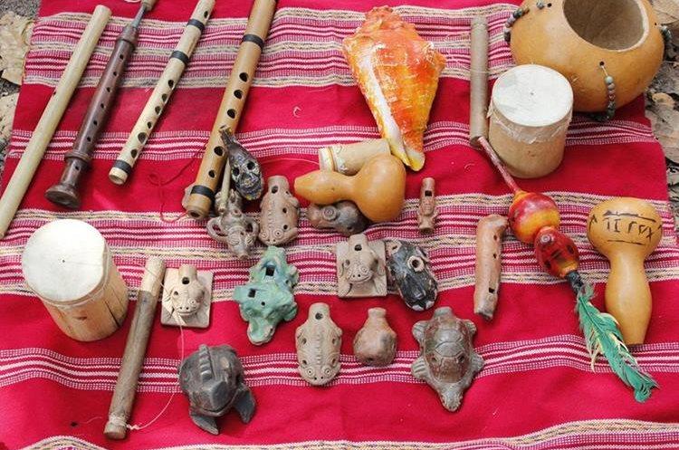 Algunos de los instrumentos que utilizan los integrantes del grupo Xajil. (Foto Prensa Libre: Víctor Chamalé)