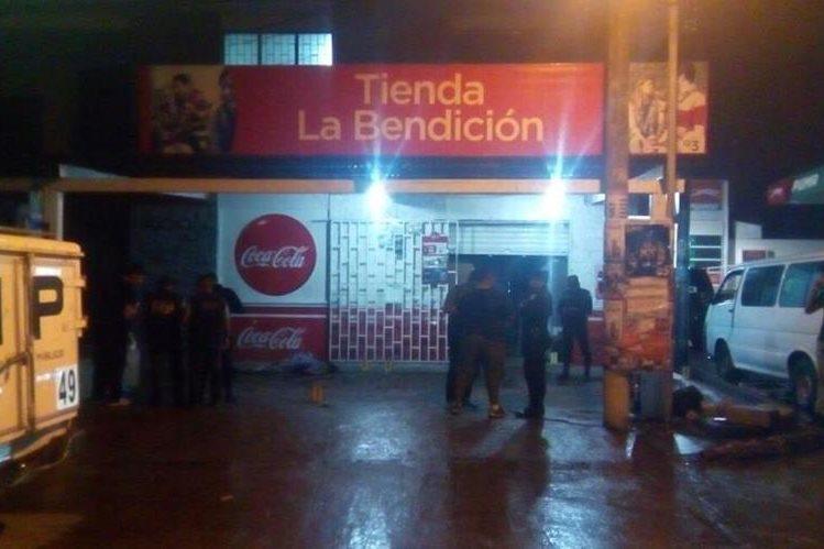 Tienda donde intentó refugiarse Kenni Echeverría Galdámez, quién falleció. Foto Prensa Libre: Mario Morales.